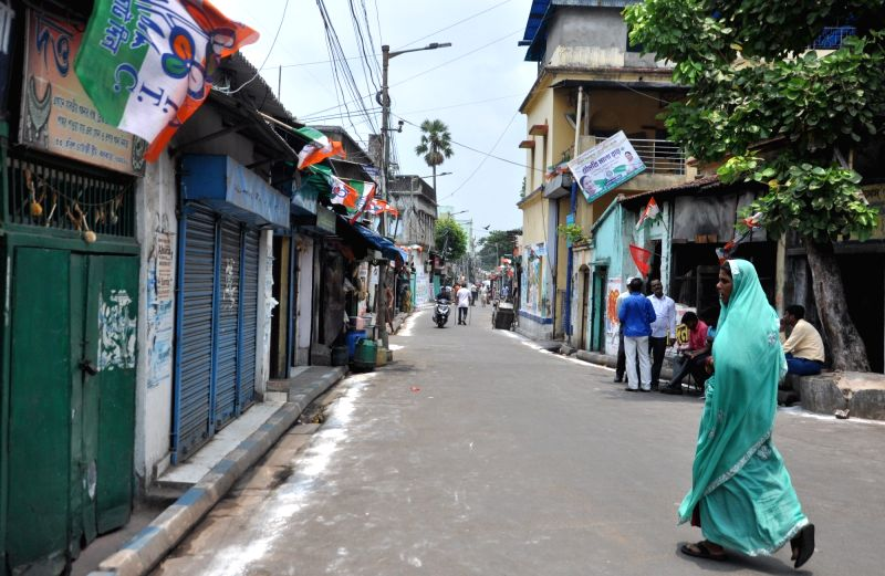 Kolkata: Harish Chatterjee Road near West Bengal Chief Minister and TMC supremo Mamata Banerjee's residence bears a deserted look after the counting trends show that BJP led NDA appeared set to retain power as its candidates led in most of the 542 Lo