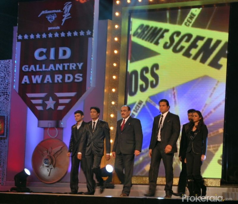 Vivek Mashru, Aditya Shrivastav, Shivaji Satham, Dayanand Shetty, Dinesh Phadnis with Vaishnavi Dhanraj at Felicitating the brave CID Gallantry Awards held on 19th Jan 2010 at Taj Lands End Bandra