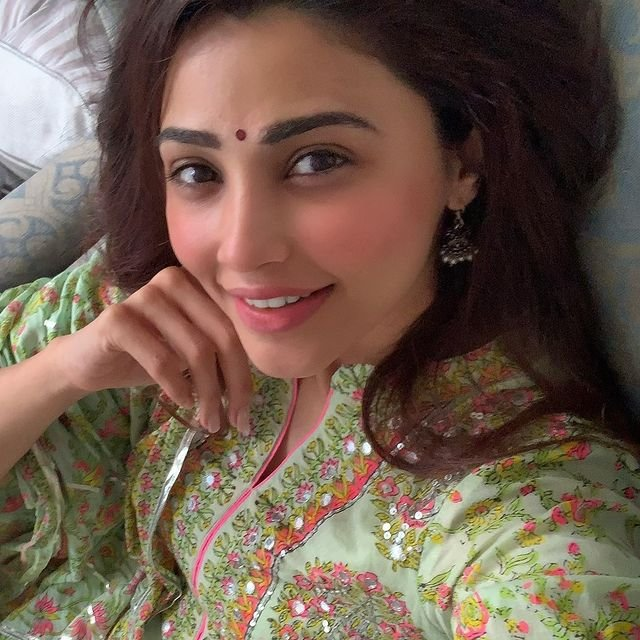 Daisy Shah gives befitting reply to a troll for attacking her Eid post