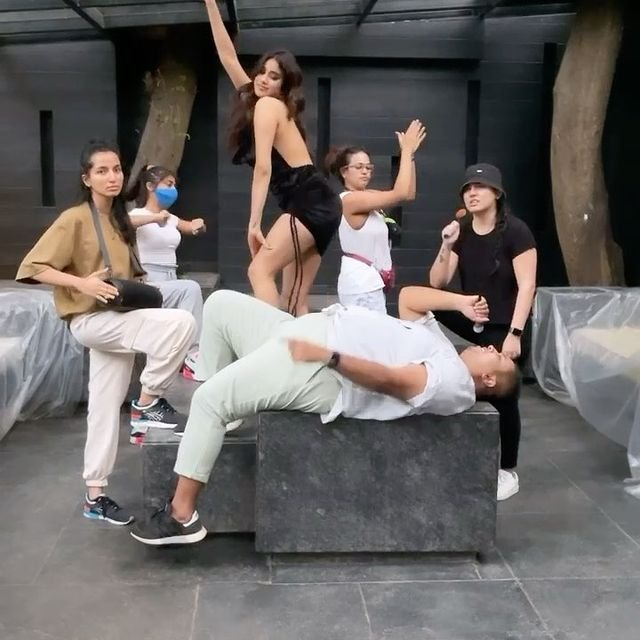 Janhvi Kapoor and her squad is breaking the internet with their grooves