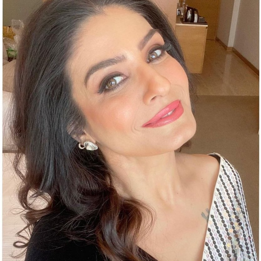 Raveena Tandon looks ravishing in a black and white saree