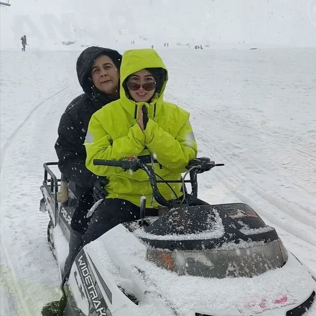 Sara Ali Khan enjoys every moment of her snowy vacay in Kashmir