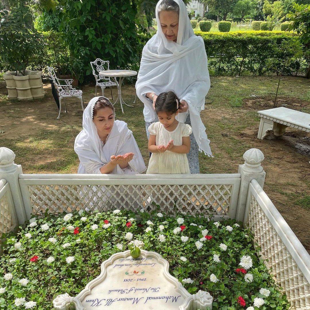 Soha Ali Khan, Sharmila Tagore pay tribute to Pataudi on his 10th death anniversary