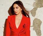 Kiara Advani looks fabulous in red pantsuit as she picks up Power Woman 2020 award