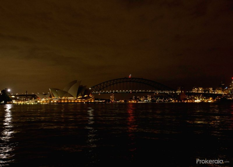 Sydney Opera House and Sydney Harbour Bridge turns off the lights during the Earth Hour campaign in Sydney, Australia, March 19, 2016