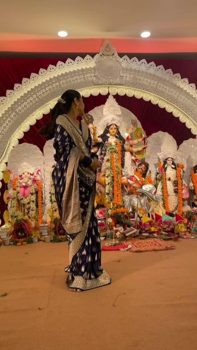 Kajol celebrates Durga ashtami with Tanuja and Tanishaa Mukerji at puja pandal