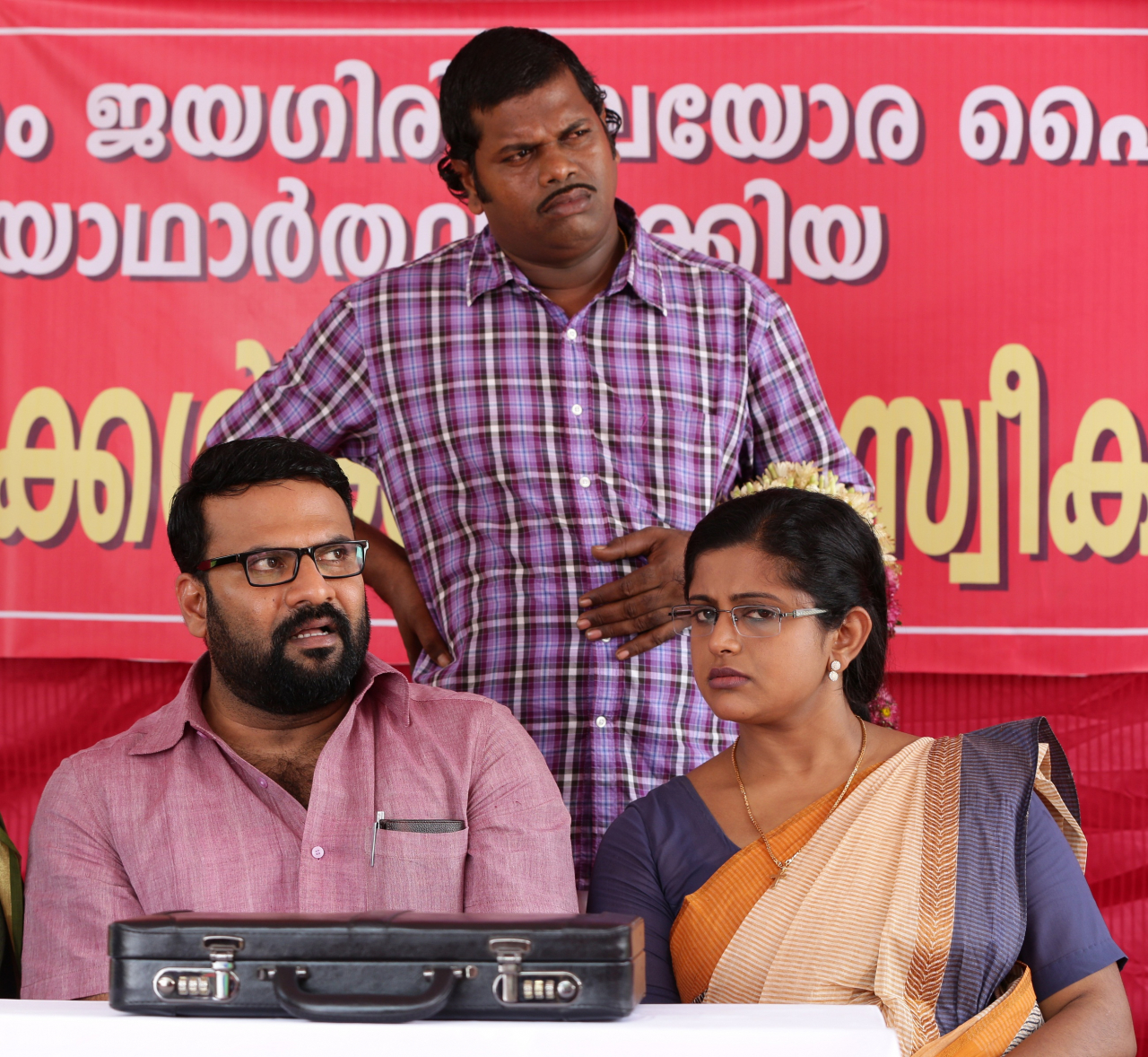 Veena Nair Tv Anchor: Tini Tom ,Veena Nair And Shaju In Movie Vellimoonga Wallpaper