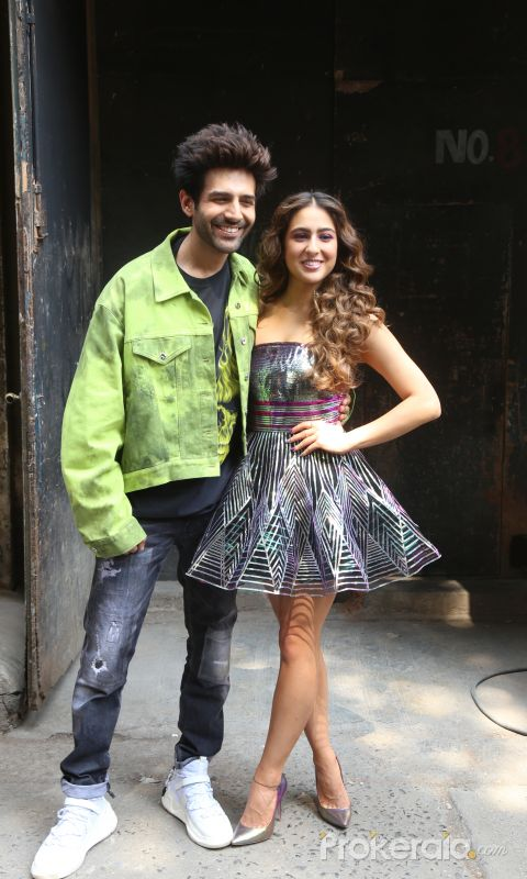 actor  Kartik Aryan and Sara Ali Khan on the Dance Plus 5