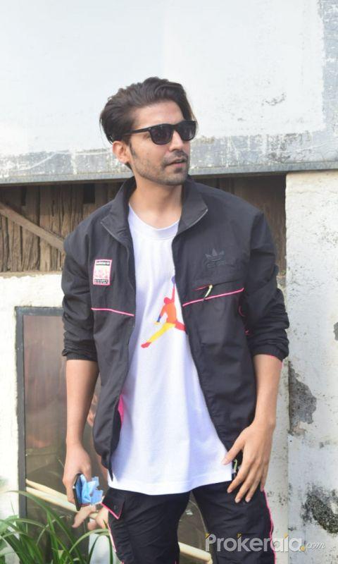 Gurmeet Chaudhary spotted at Hakim Alim salon in andheri
