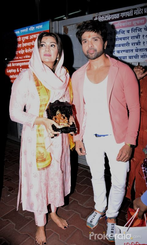 Himesh Reshmia with wife spotted at Sidhivinayak temple
