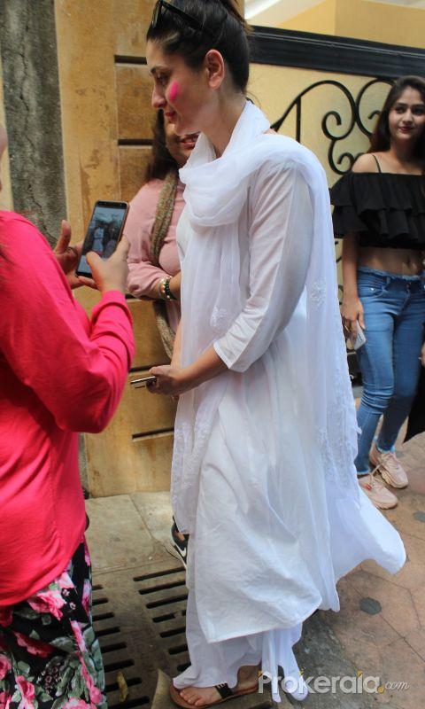 Actress Kareena Kapoor celebrate holi in bandra
