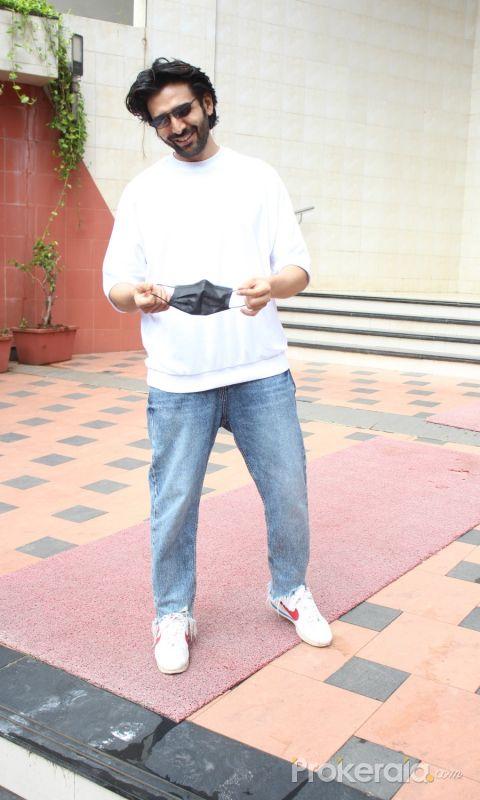 Kartik Aaryan was spotted outside at Anees Bazmee office at Andheri