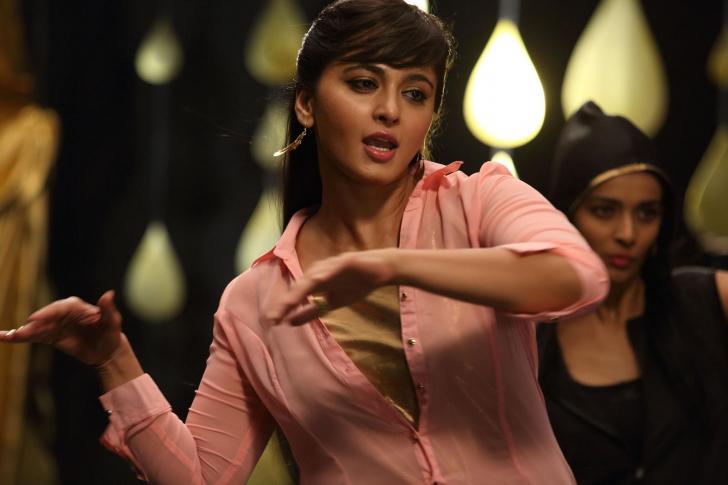 anushka-shetty-in-movie-yennai-arindhaal