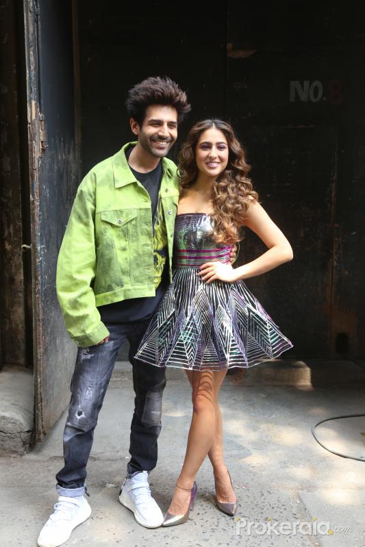 actor  Kartik Aryan and Sara Ali Khan on the Dance Plus 5