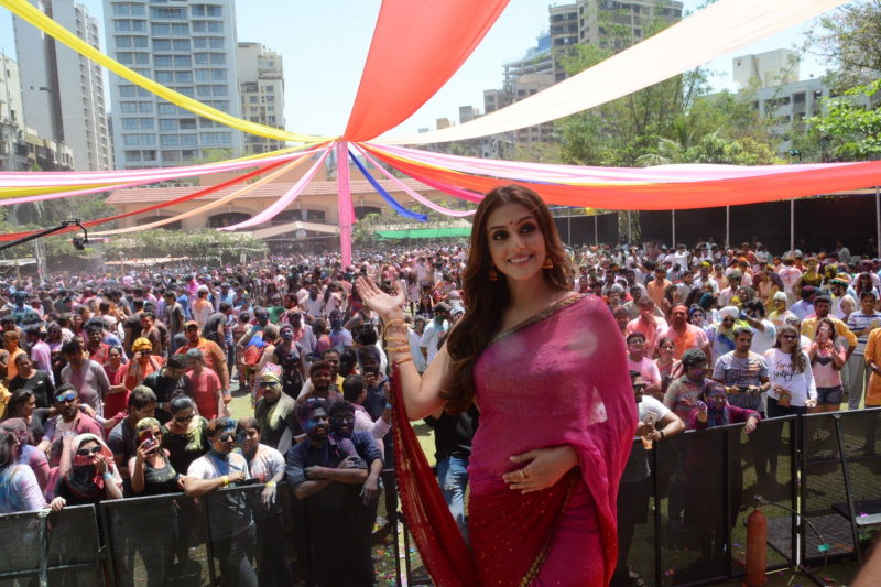 Aarti Chabria at Country club Holi party