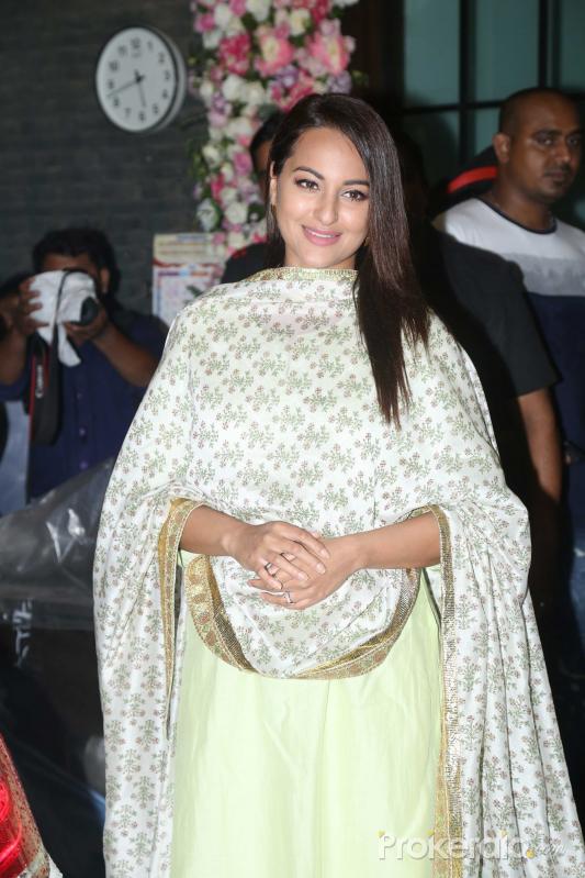 Bollywood celebs Sonakshi Sinha at Arpita Khan's home for Ganesh darshan