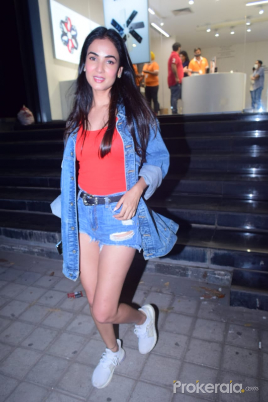 Sonal Chauhan spotted mobile Shop in Bandra