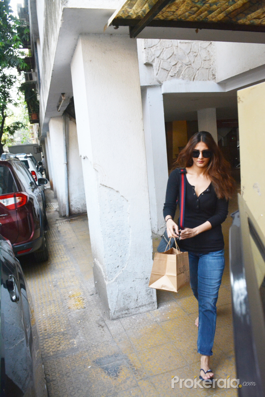 Bollywood Actress Vaani Kapoor spotted at bandra