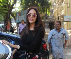 Esha Gupta spotted at Kromakay juhu