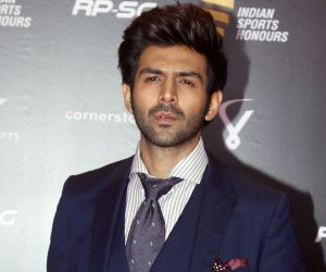 'Hotstepper' Kartik Aaryan looks fashionista and uber cool in double-breasted formal at Filmfare event