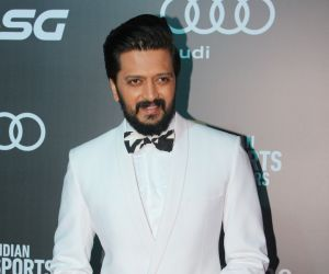 Riteish Deshmukh's hilarious BTS clips that keep Housefull 4 spirit up