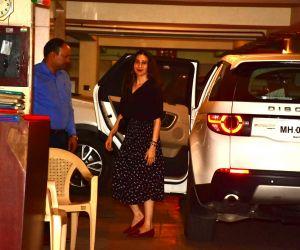 Karisma Kapoor spotted at Kareena Kapoor's house in bandra
