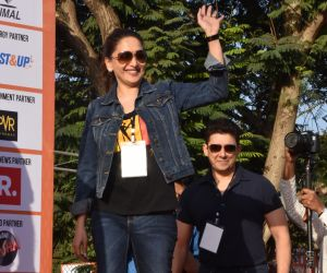 Madhuri Dixit flags off the Half Marathon with over 4000 plus mumbaikars