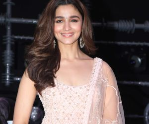 Alia Bhatt nails in chic western outfit at IIFA Awards, gives out sensuous vibes