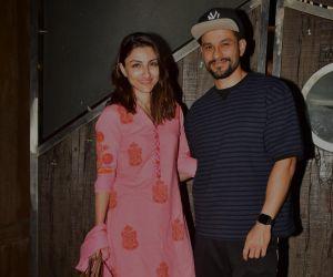 Soha Ali Khan and Kunal Khemu spotted at Kareena Kapoor's house in bandra