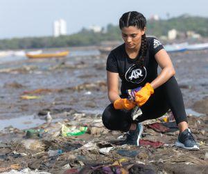 Versova jetty beach clean-up images-  Saiyami Kher