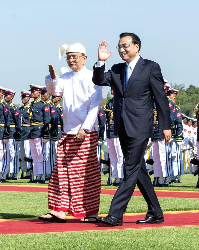 Chinese Premier Li Keqiang (R) attends a welcome ceremony held by Myanmar President U Thein Sein prior to their talks in Nay Pyi Taw, Myanmar, Nov. .