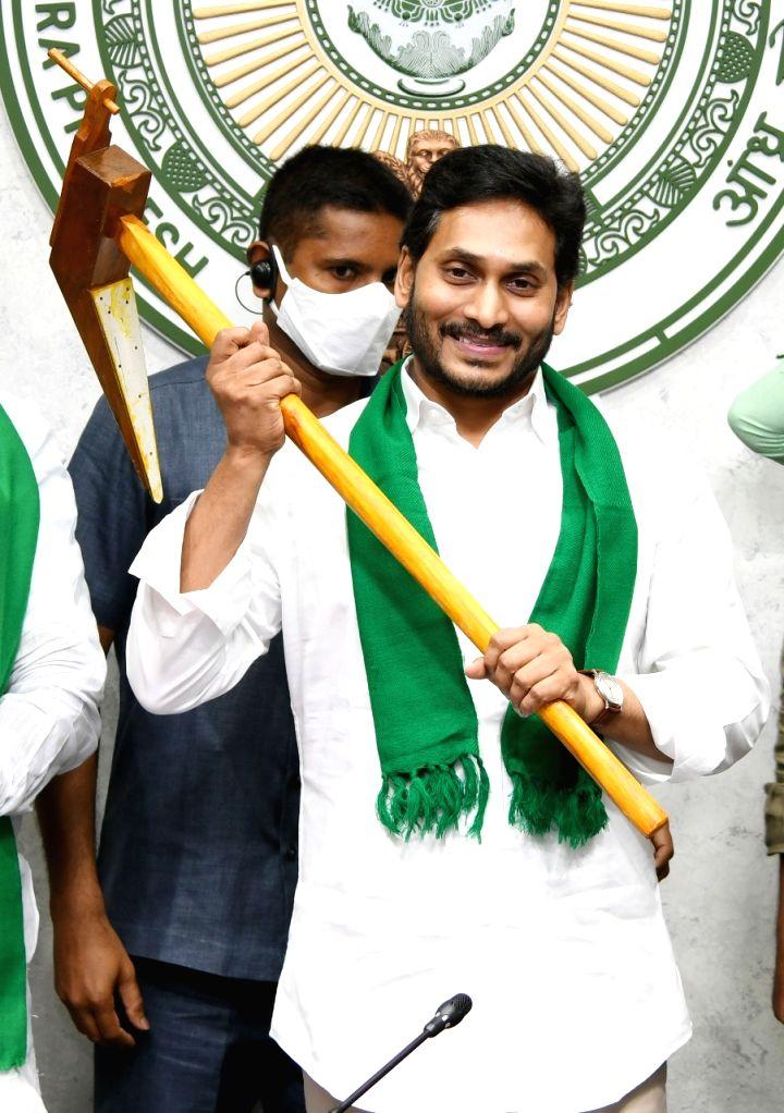 15 lakh Andhra farmers recieve Rs 1820 crore under YSR Free Crop Insurance scheme