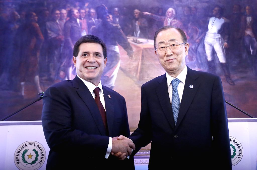 Paraguayan President Horacio Cartes (L) shakes hands with UN Secretary-General Ban Ki-moon during a press conference at the Presidential Palace in ...