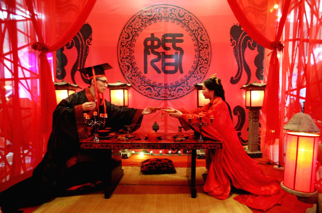 A wedding show with characteristic of Han Dynasty (202 BC-220 AD) is held at a wedding culture carnival in Nanjing, capital of east China's Jiangsu ...