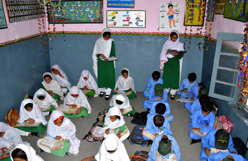 (150908) -- QUETTA, Sept. 8, 2015 (Xinhua) -- Pakistani students attend a class at a school on the occasion of the International Literacy Day in southwest Pakistan's Quetta, on Sept. 8, 2015. (Xinhua/Asad)