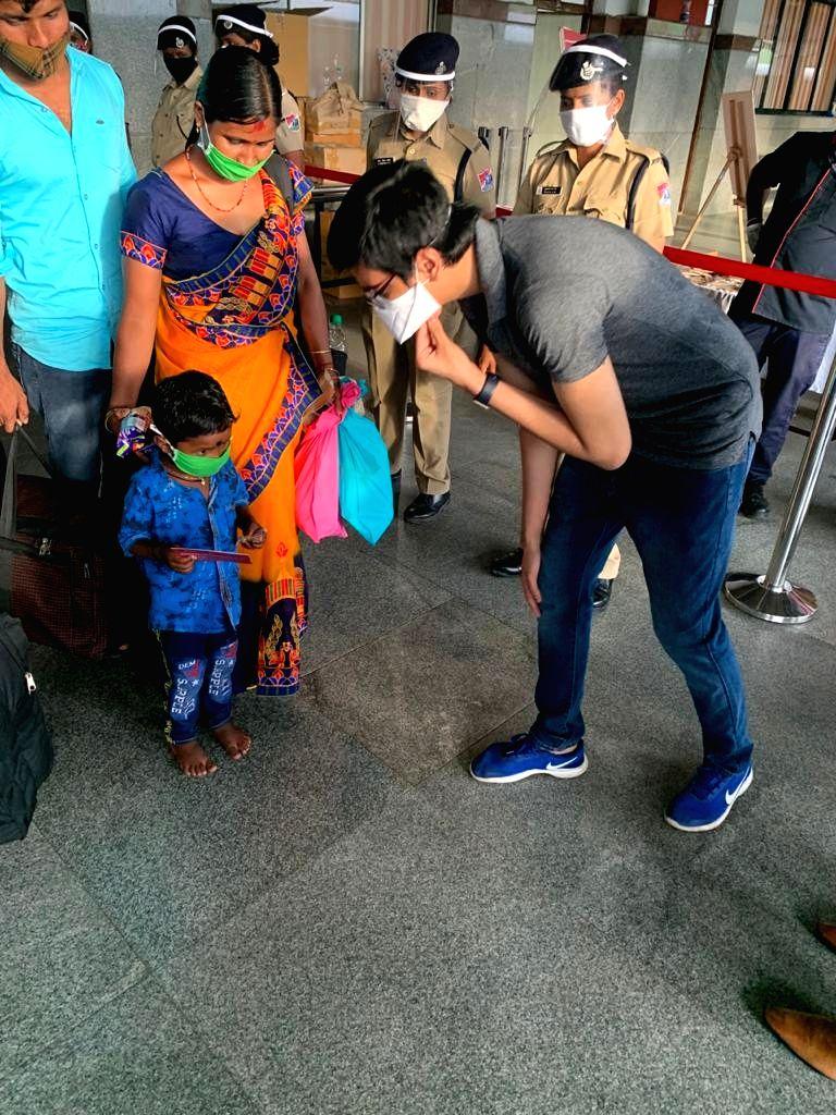 2 Karnataka special trains chug 2,898 migrants to Bengal.