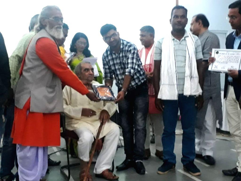 Free Photo Rising Star Honored With Zindagi Ki Na Toote Ladi Award Zindagi ki na tute ladi pyaar kar le ghadi do ghadi lambi lambi umariya ko chhodo pyaar ki ek ghadi hai badi. prokerala