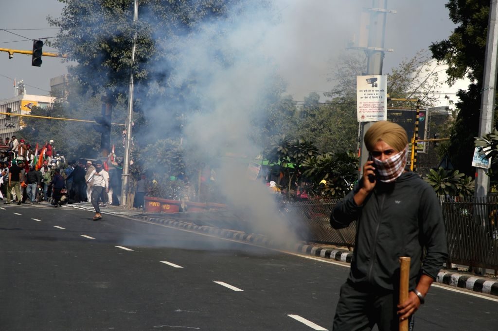 (260121) New delhi: Cops injured in clash with protesting farmers at Delhi's ITO; police resort to lathicharge. (Photo:Bidesh Manna)