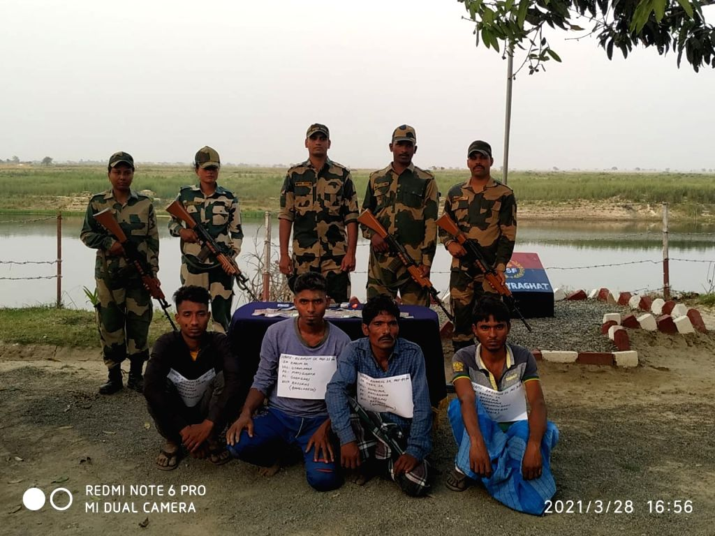 3 B'desh nationals, 1 Indian tout held while crossing IB .
