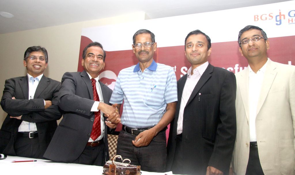 59-year-old Dr Sanjiv Kumar Sinha who is the first person to undergo Dual Organ Transplant in Karnataka cuts a cake with the doctors to celebrate the success of the surgery in Bangalore on June 30, .. - Sanjiv Kumar Sinha