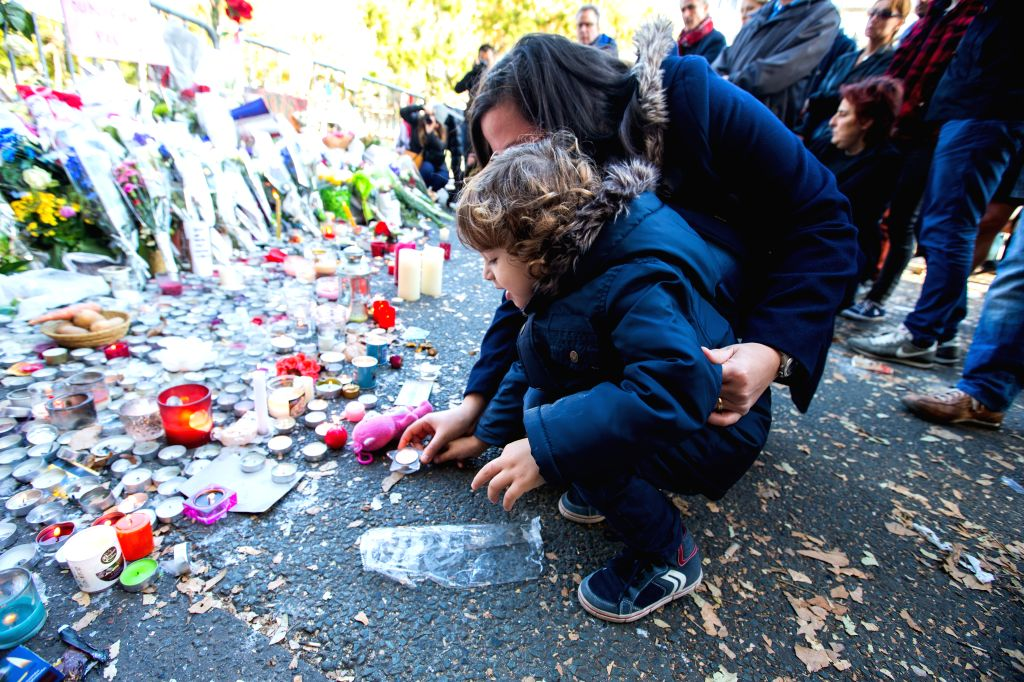 A child mourns for the victims of the terrorist attacks near the Bataclan concert hall in Paris, capital of France, Nov. 15, 2015.