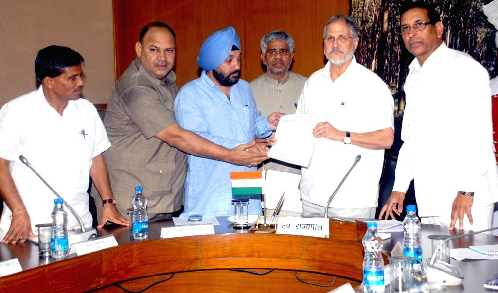 A Congress delegation led by party's Delhi unit chief Arvinder Singh Lovely submits a memorandum to Delhi Lt Governor Najeeb Jung in New Delhi on Aug 22, 2014. - Arvinder Singh Lovely