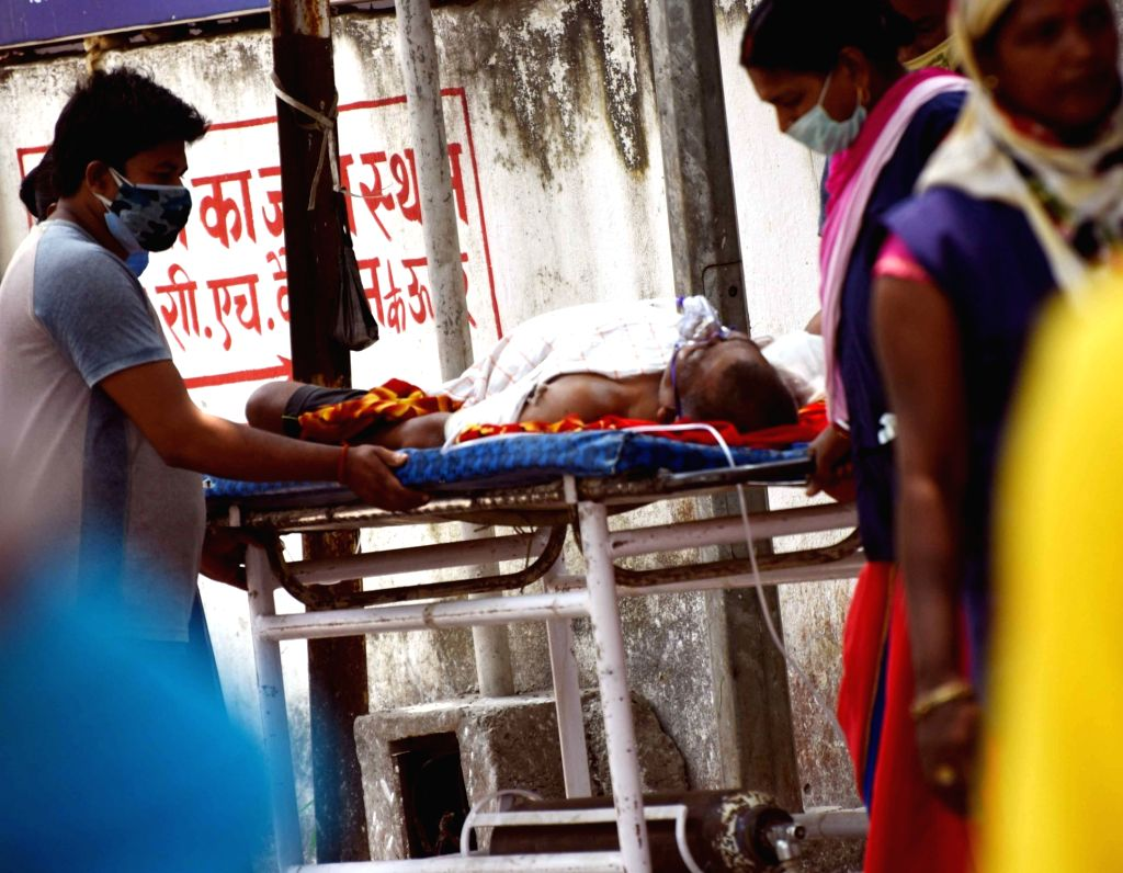 A COVID-19 positive patient on oxygen support wait for admission at Patna Medical College and Hospital, as coronavirus cases surge in countrywide, in Patna On Tuesday, May 04, 2021.