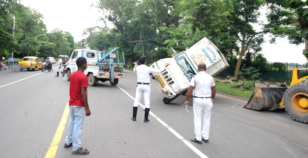 A crane removes a pick-up van that overturned on Hospital Road in Kolkata on Sep 11, 2020.