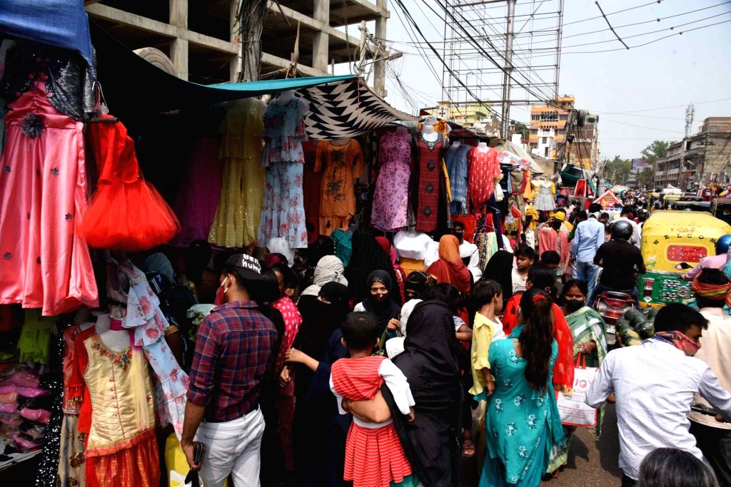 A crowded market after the Bihar government announced complete lockdown due to the coronavirus pandemic, in Patna On Tuesday, May 04, 2021.