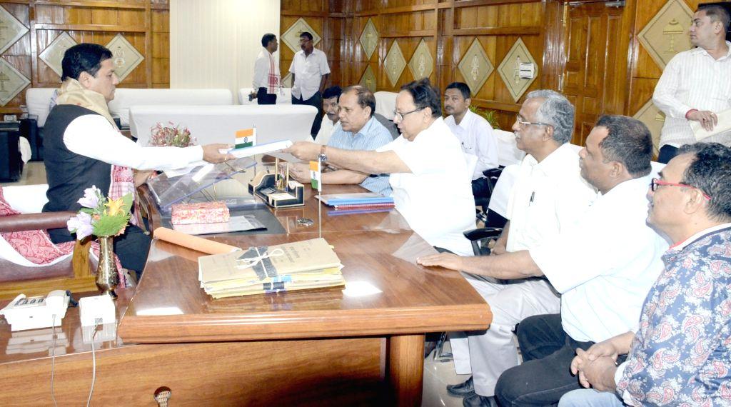 A delegation of Asam Sahitya Sabha led by its President Dr. Dhrubajyoti Bora calls on Chief Minister Sarbananda Sonowal at Assam Secretariat, Guwahati on June 4, 2016. - Sarbananda Sonowal