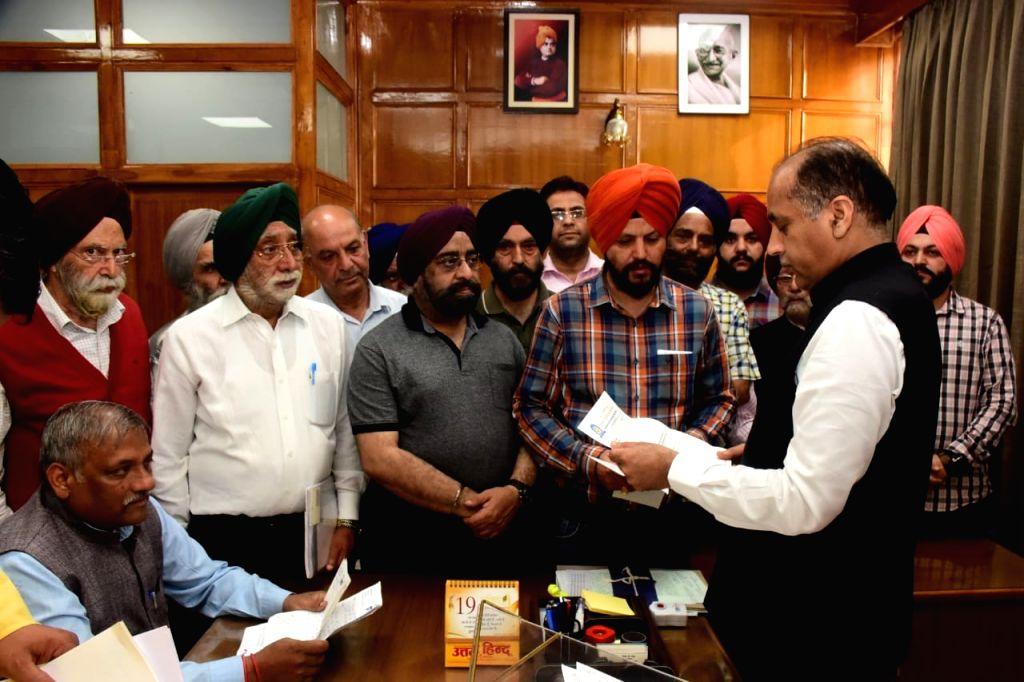 A delegation of Guru Singh Sabha led by its President Jaswinder Singh calls on Himachal Pradesh Chief Minister Jai Ram Thakur in Shimla on Sep 13, 2019. - Jai Ram Thakur, Singh Sabha and Jaswinder Singh