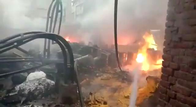 A fierce fire in the chemical factory, 12 fire engines caught fire