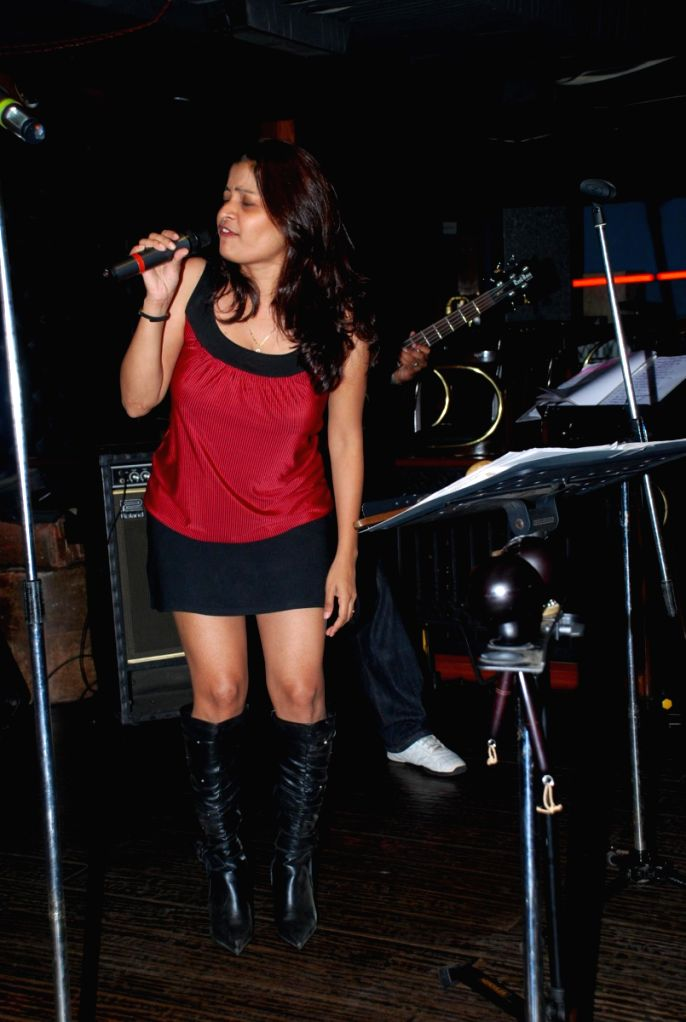 A girl singing at the live gig of Farenhite at Firangi Paani,Fun Republic.