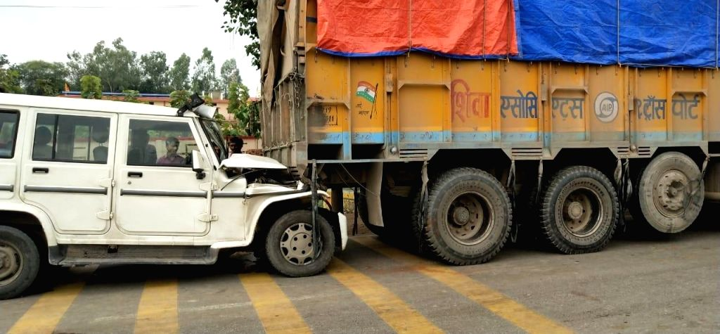 A head constable riding a Bolero was killed and four people, including the RTO, were injured in a road accident on the Naraini-Banda road in Girwan police station area of Banda district in Uttar ...
